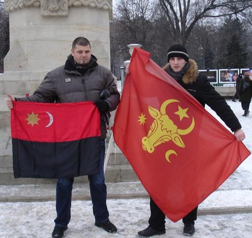 """Csibi Barna (cu steagul Ţinutului Secuiesc) si un reprezentat la """"moldovenistilor"""", la Chişinău (ianuarie 2013)"""