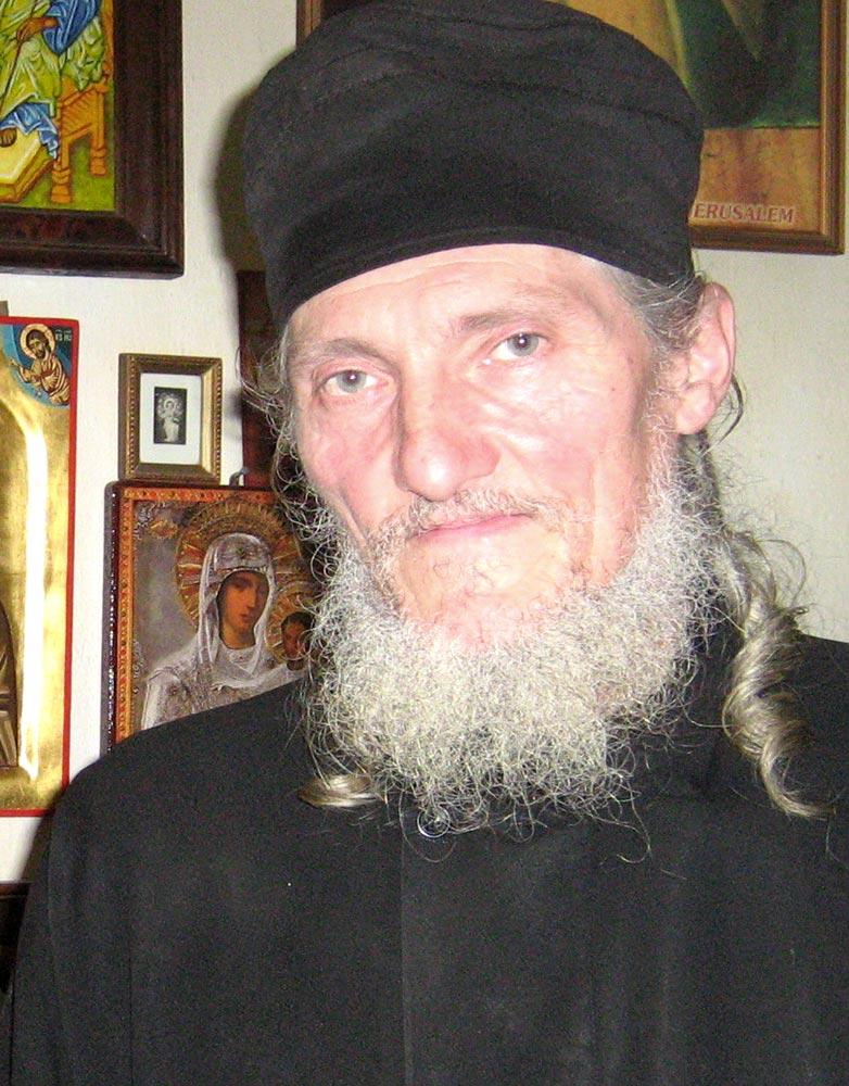 Actorul Dragoş Pâslaru a ajuns călugărul Valerian după ce a fost bătut  crunt de minerii care l-au confundat cu legionarul Horia Sima al cărui rol  îl jucase – ExpresMagazin